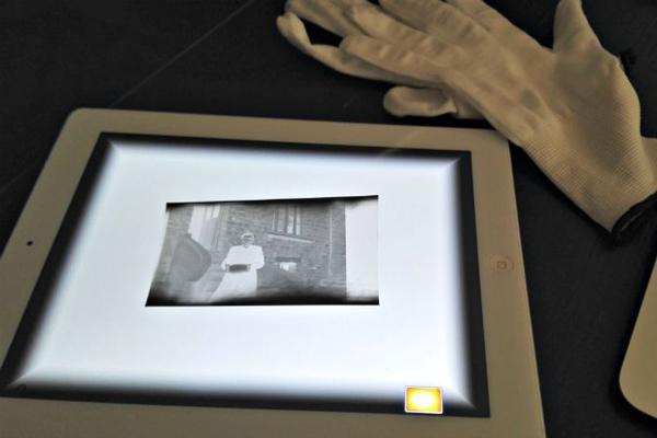 visionnez vos n gatifs photos avec votre tablette. Black Bedroom Furniture Sets. Home Design Ideas